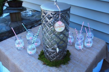 The lemonade table with the finished bottles